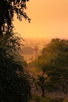 Zachód słońca w regionie uttar pradesh w indiach.