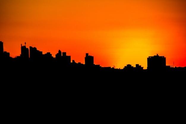 Zachód słońca w sąsiedztwie wolności w belo horizonte