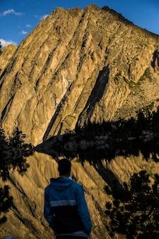 Zachód słońca w schronisku josep maria blanc, aiguestortes i parku narodowym sant maurici, hiszpania