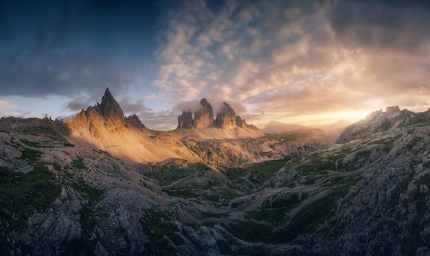 Zachód słońca w tre cime di lavaredo dolomites, włochy