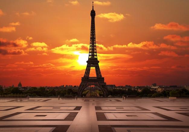 Zachód słońca w trocadero z wieżą eiffla