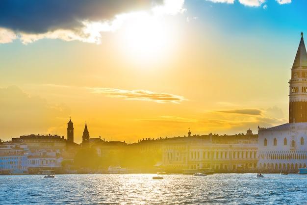 Zachód słońca w wenecji. widok z morza na plac św. marka