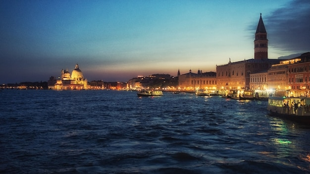Zachód słońca w wenecji, włochy. widok na miasto i morze
