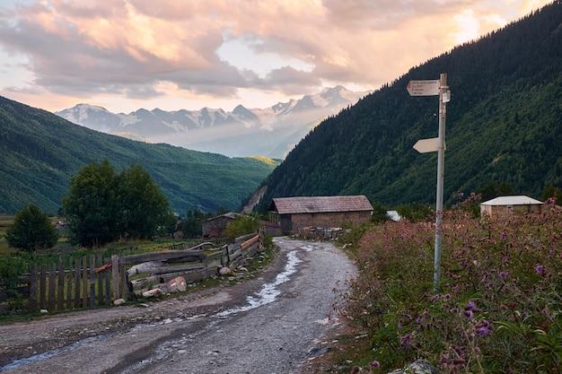 Zachód słońca w wiosce maseri georgia svaneti