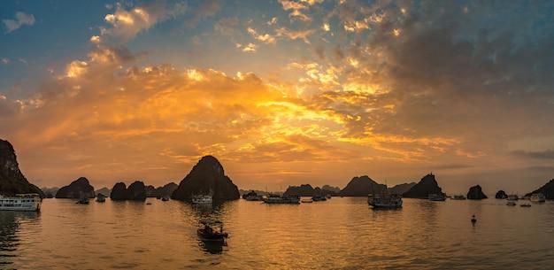 Zachód słońca w zatoce halon, wietnam