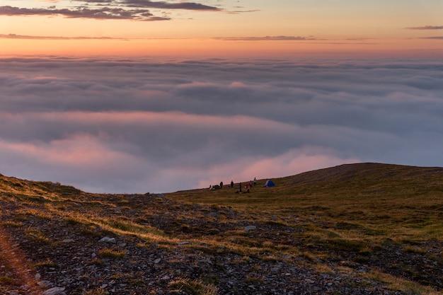 Zachód słońca we mgle na skałach wyspy soroya w norwegii