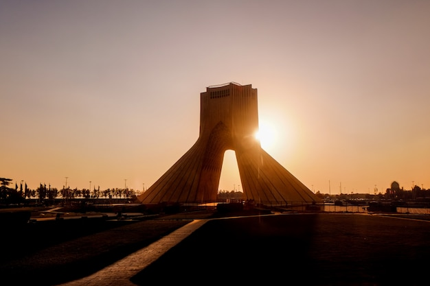 Zachód słońca widok na azadi tower. teheran, iran.