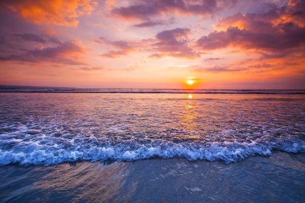 Zachód słońca widok na morze z nadchodzącymi falami surfingu?