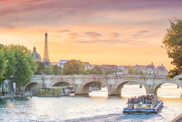 Zachód słońca widok na panoramę paryża z wieży eiffla we francji