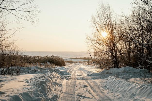 Zachód słońca widok śnieżnej zimy