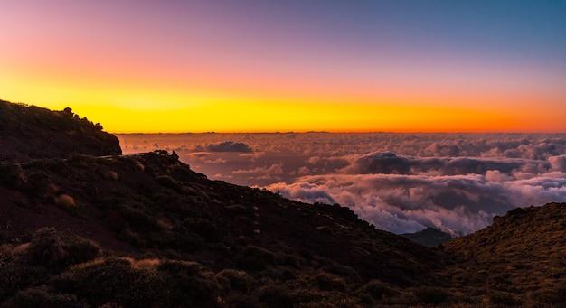 Zachód słońca z caldera de taburiente z pięknym morzem chmur poniżej, la palma, wyspy kanaryjskie. hiszpania