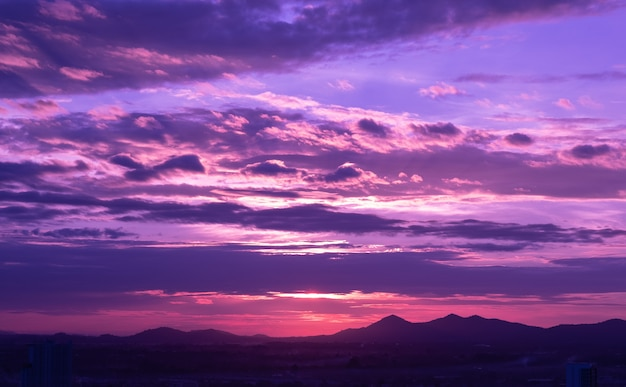 Zachód Słońca Z Chmurami W Tle, Czas Letni, Piękne Niebo Premium Zdjęcia