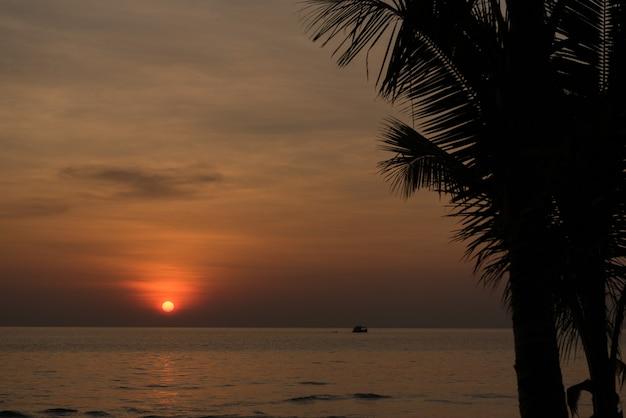 Zachód słońca z chmurami w tle, czas letni, piękne niebo
