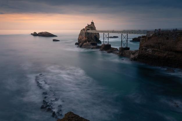 Zachód słońca z miasta biarritz w kraju basków