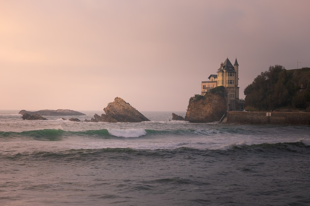 Zachód słońca z miasta biarritz w kraju basków.