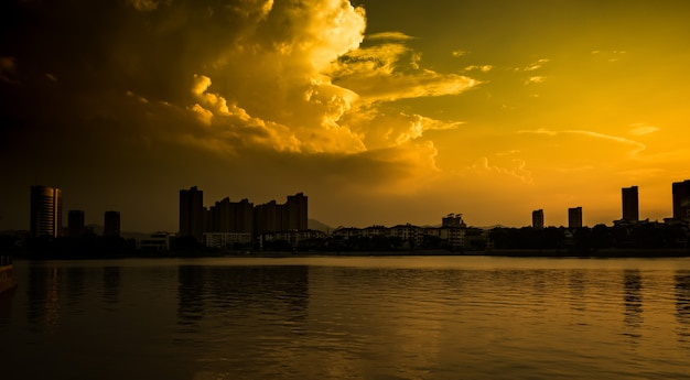 Zachód słońca z miastem