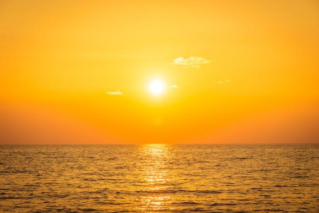Zachód słońca z morzem