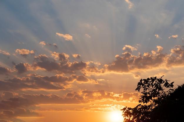 Zachód słońca z promieniami złotego światła