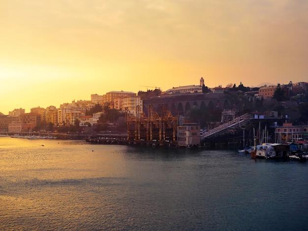 Zachód słońca z widokiem na morze małego miasta