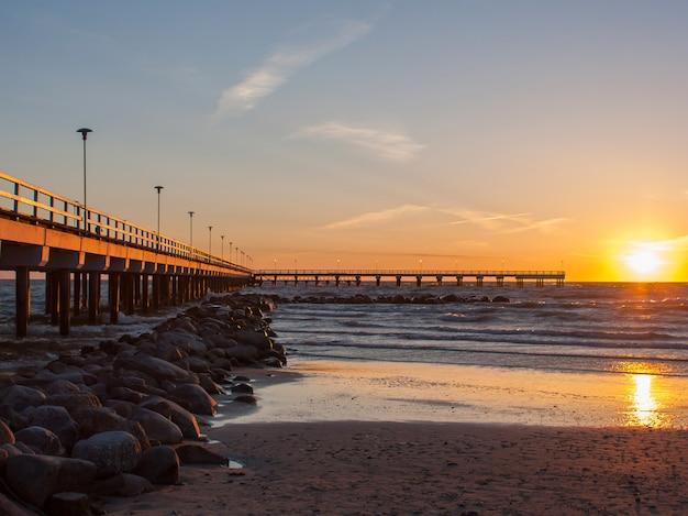 Zachód słońca z widokiem na morze z pierce i kamieniami