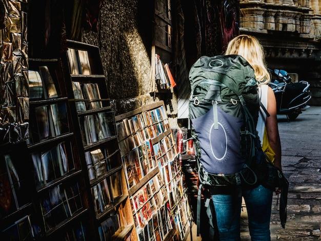 Zachodnia backpacker kobieta bada india