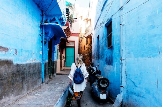 Zachodnia kobieta bada błękitnego miasto, jodhpur india