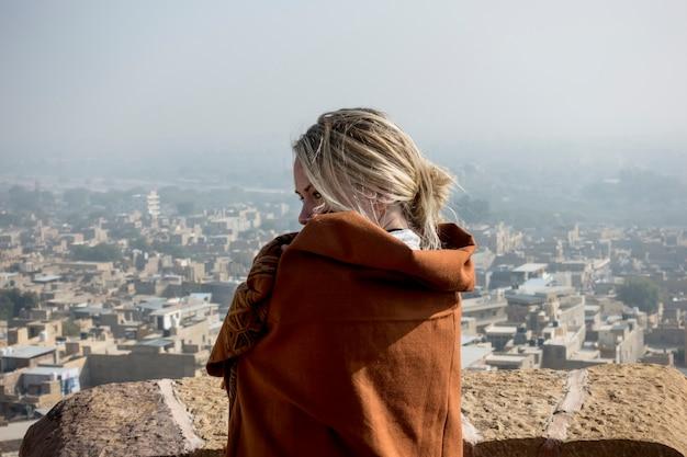 Zachodnia kobieta bada jaisalmer fort, rajasthan, india