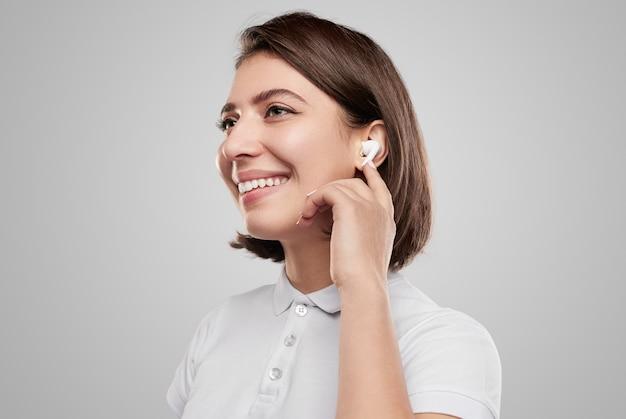 Zachwycona kobieta słuchająca muzyki w słuchawkach