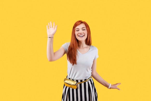 Zachwycona szczęśliwa kobieta uśmiecha się podczas powitania swojego przyjaciela