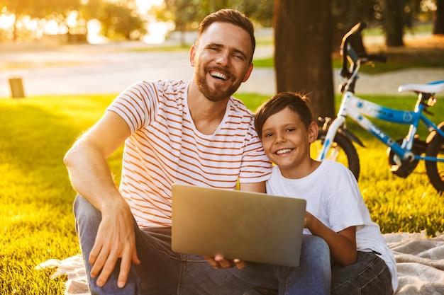 Zachwycony ojciec i syn bawią się razem