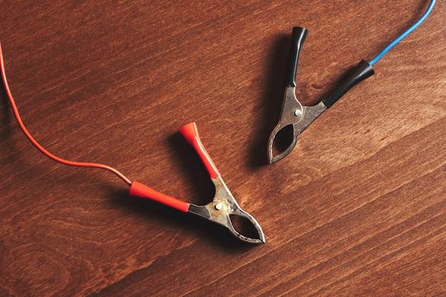 Zaciski akumulatora ładowarki. zamknij czerwone i czarne klipy. stonowany. sprzęt do ładowania.