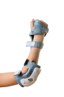 Zaciśnięta dłoń dziecka w ochronne szare klapki na białym tle na białym tle. akcesoria do ochrony przed wstrząsami. wyposażenie sportowe.