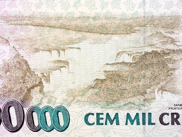 Zaćma iguacu ze starych brazylijskich pieniędzy