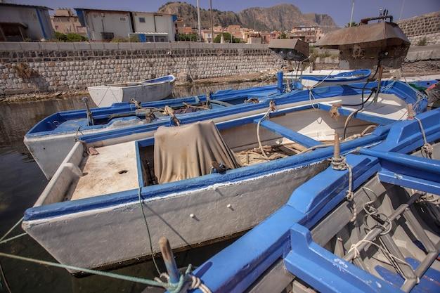 Zacumowane drewniane łodzie w porcie bagnera na sycylii