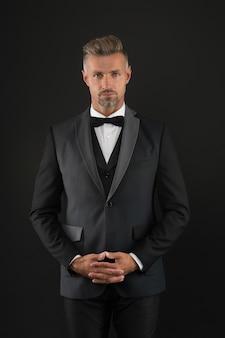 Zacznijmy wieczór kawalerski. kawaler mężczyzna ciemne tło. samotny mężczyzna w stroju wizytowym. świętujemy dzień kawalera. pożądany kawaler. męska formalna moda i styl. 11 listopada. dzień singli.