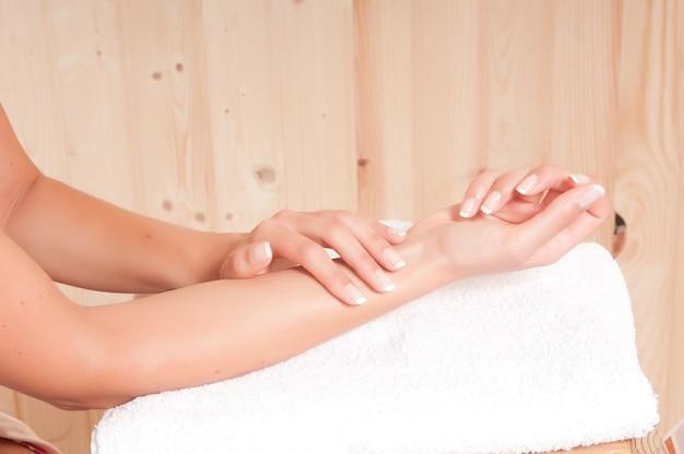 Zadbane dłonie kobiety w gabinecie zdrowotnym lub spa po zabiegu