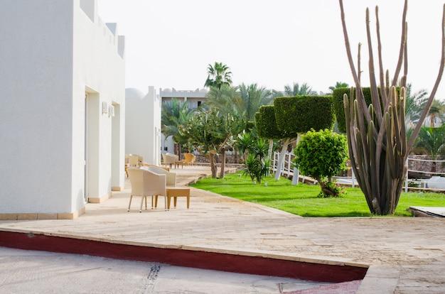 Zadbane terytorium parku pięciogwiazdkowego hotelu. lato w sharm el sheikh.