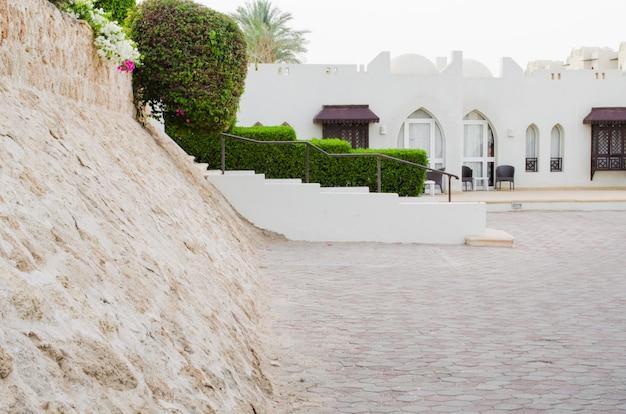 Zadbane terytorium parku pięciogwiazdkowego hotelu w sharm el sheikh.