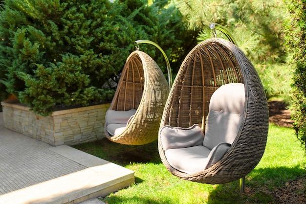 Zadbany zielony ogród. świetne przytulne miejsce na pobyt. wiklinowe gniazdo krzesełkowe