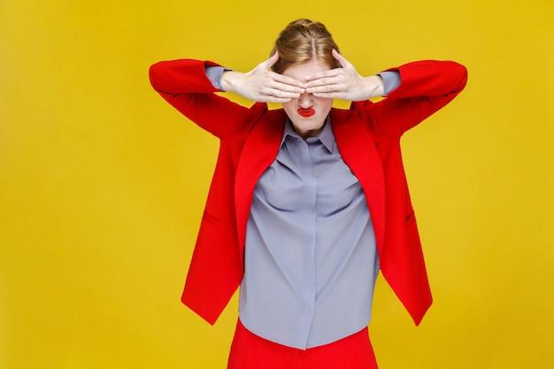 Żadna kobieta biznesu z czerwonymi włosami w czerwonym garniturze z zamkniętymi oczami