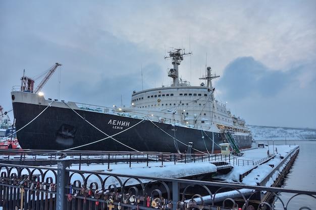 Zadokowany atomowy lodołamacz lenin zimą w murmańsku