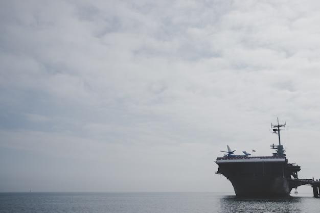 Zadokowany statek marynarki wojennej
