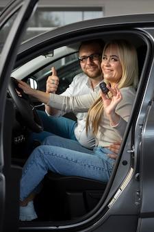 Zadowoleni klienci w salonie samochodowym