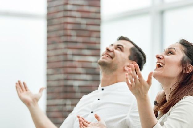 Zadowoleni pracownicy na tle biura. zdjęcie z miejscem na kopię