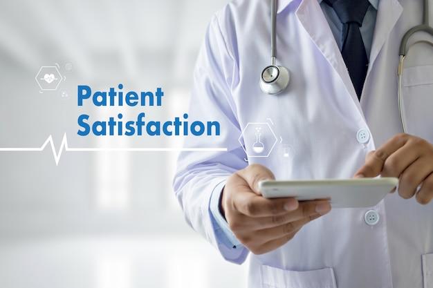 Zadowolenie pacjenta z sieci technologii medycznych lekarza medycyny
