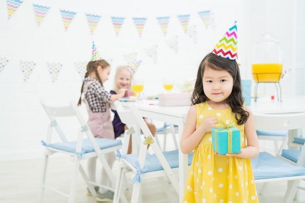 Zadowolona azjatycka dziewczyna z pudełkiem