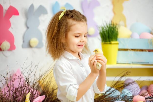 Zadowolona dziewczyna bawi się małymi kaczątkami