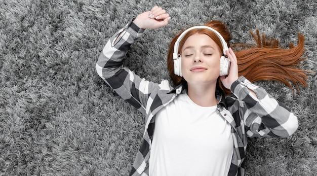 Zadowolona kobieta cieszy się muzycznego odgórnego widok