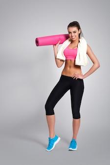 Zadowolona kobieta po ciężkim treningu