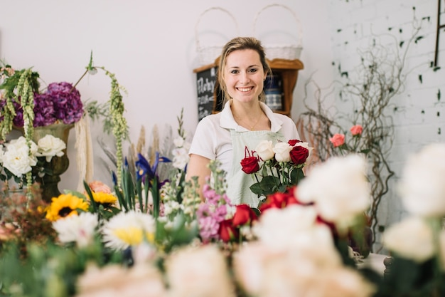 Zadowolona kobieta w kwiaciarni sklepie